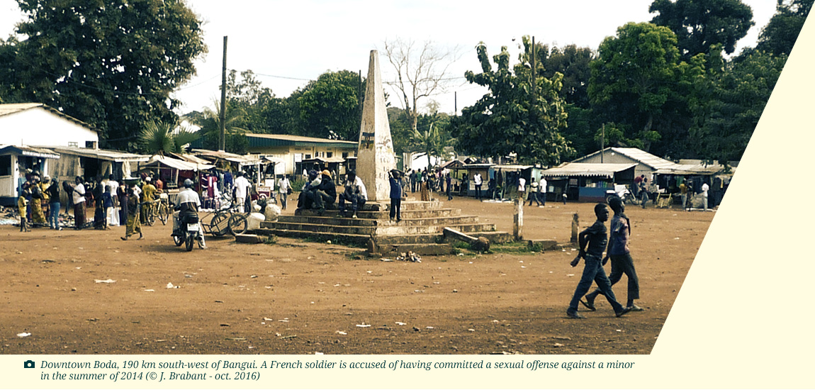 Photo : Downtown Boda, 190 km south-west of Bangui. A French soldier is accused of having committed a sexual offense against a minor in the summer of 2014 (© J. Brabant - oct. 2016)