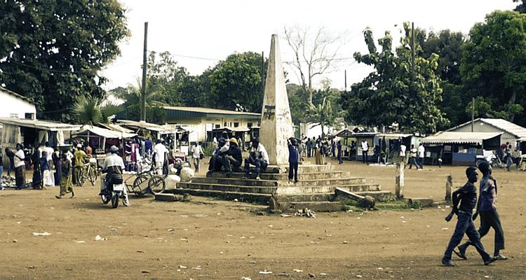 Photo : Le centre-ville de Boda, à 190 km au sud-ouest de Bangui. Un militaire français est accusé d'y avoir commis une atteinte sexuelle sur mineure à l'été 2014 (© J. Brabant - oct. 2016)