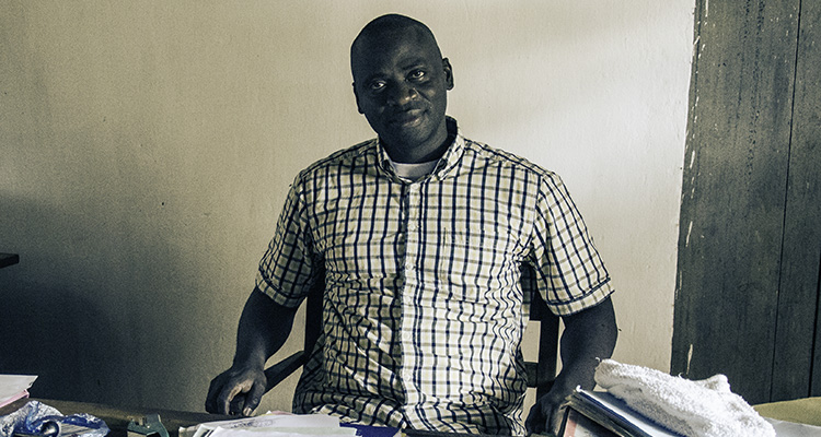 Photo : Olivier Mbombo Mossito, procureur de Boda, dans son bureau (© J. Brabant - oct. 2016)