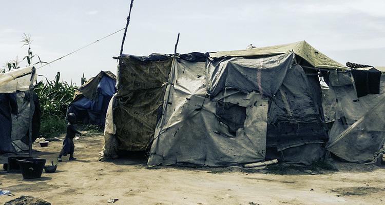 Photo : Camp de déplacés de Mpoko (Bangui) (© J. Brabant - oct. 2016)